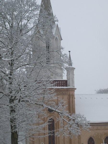 wieża kościelna w białej czapie