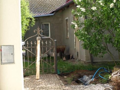 bramka do sąsiadów ... podparta kołkiem :-)