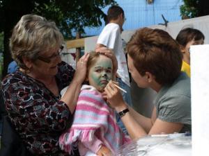 Malujemy Lenkę, babcia trzyma ;-)